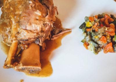 Foto_Piatti_Menu_Stinco di maiale cotto in bassa temperatura alla birra accompagnato da caponatina di verdure con pinoli e uvetta