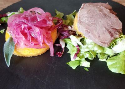 Foto_Piatti_Menu_Duetto di crostino di polenta con lingua di manzo e cipolla marinata
